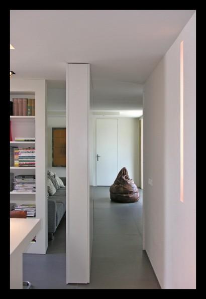 kantoor-ontwerpstudio-kantoor-aanbouw-interieur-werktafel-werkplek-boekenkast-draaideur-taatsdeur-doorgang-oplossing-ruimteverdeler-