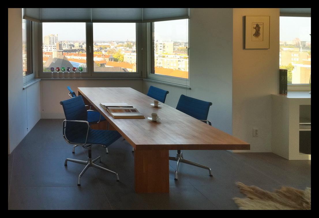 Luxe-appartement-Rotterdam-woonkamer-badkamer-meubels-op-maat-gemaakt-eettafel