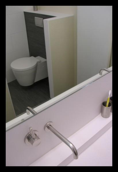eengezinswoning-badkamer-inloopdouche-douche-tegels-rvs-kranen-Corian-wasbak-op-maat-gemaakt-bovenverdieping-eengezinswoning-