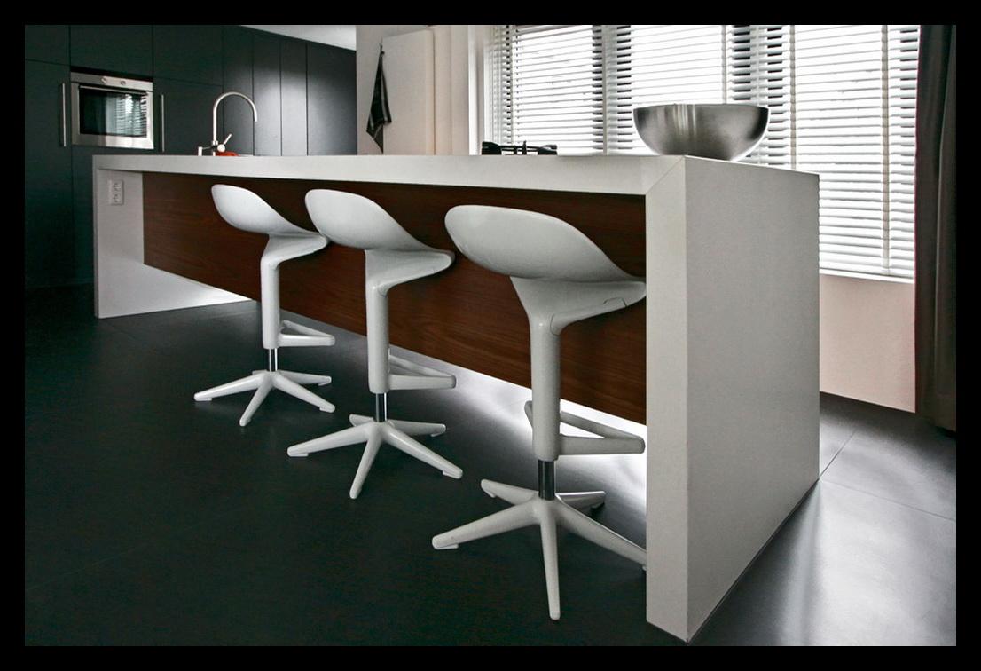 Kookeiland met uitschuifbare tafel - Woonkamer en moderne keuken ...