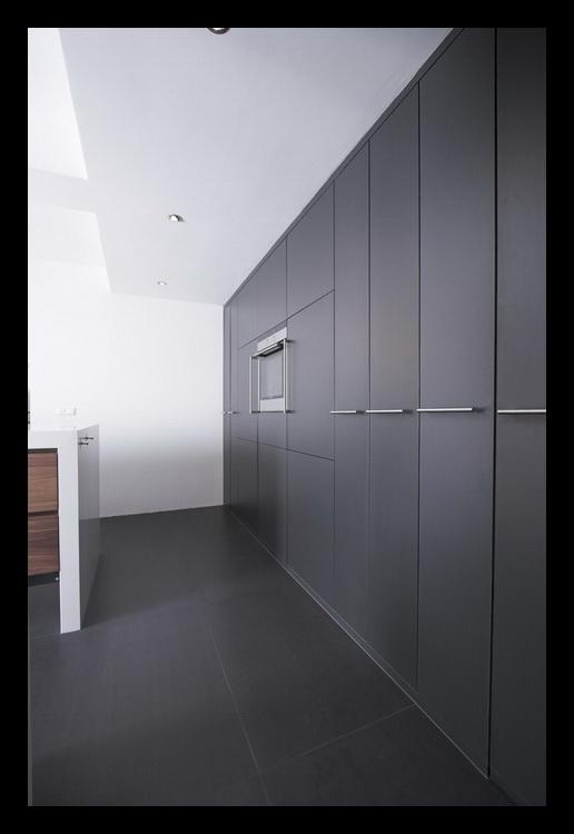 Keuken Donkergrijs : keuken-apothekerskasten-donkergrijs-uitschuiven-inbouwapparatuur