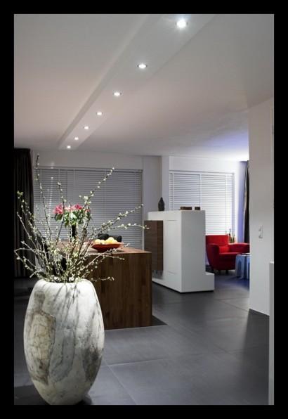 woonkamer-open-tegels-grijs-eettafel-op-maat-gemaakt-spots-inbouwverlichting-TV-kast-afscheiding-stereomeubel-tegelvloer-vloerverwarming