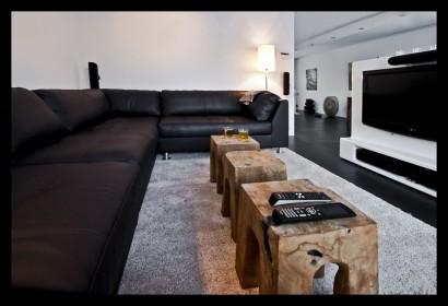 TV-kast-stereomeubel-woonkamer-zithoek-lounge-grote-bank-kleine tafels-kleed