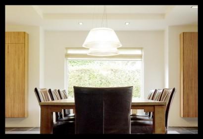 woonkamer-eettafel-lampen-stoelen