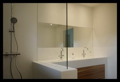 badkamer-wasbak-kranen-rvs-opmaat-gemaakt-spiegel