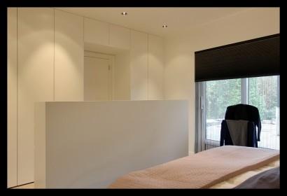 slaapkamer-op maat-kastenwand-wit-strak-interieur