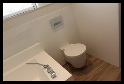 badkamer-modern-wit-luxe-zitbad-toilet