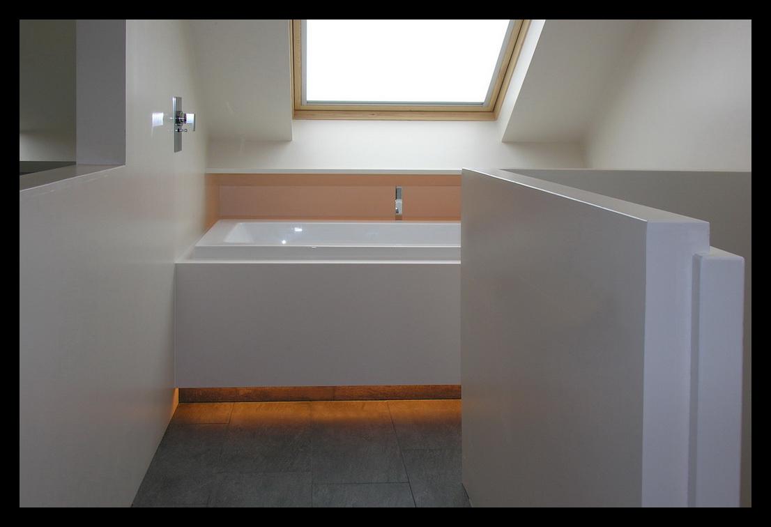 Ligbad op zolder ontwerp inspiratie voor uw badkamer meubels thuis for Ontwerp bad