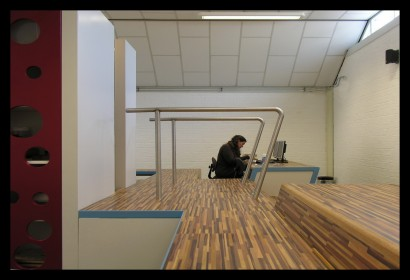 ontwerp-basisschool-ontdekruimte-multifunctioneel-bijzonder-gering-budget-kleur-concept-kast-kasten-opbergruimte-tafels-krukjes-multifunctioneel-materiaal-laminaat-trap-balie