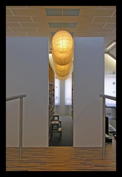ontwerp-basisschool-ontdekruimte-multifunctioneel-bijzonder-gering-budget-kleur-concept-kast-kasten-opbergruimte-tafels-krukjes-multifunctioneel-materiaal-laminaat-trap-bibliotheek-licht-verlichting-intiem-