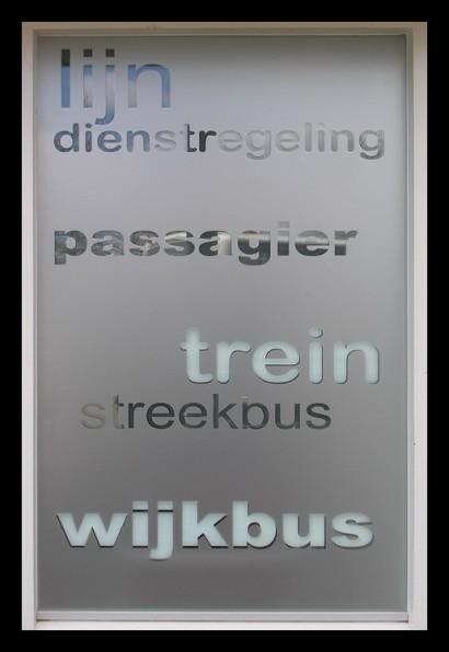 servicepunt-ov-info-informatie-kaartverkoop-service-balie-bus-openbaar-vervoer-trein-halte-klant-belettering-t-tilburg-ramen-letters-woorden-reis-reizen