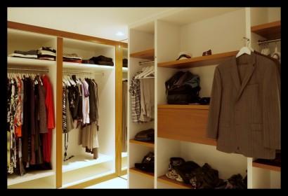 inloopkast-opbergruimte-dameskleding-herenkleding-paskamer-op-maat-gemaakt-verlichting-hang-en leggedeelte
