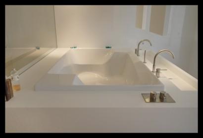 badkamer-bad-hi-macs-op-maat-gemaakt-vitrage-zitbad-ligbad-spiegels-wasbak-kranen