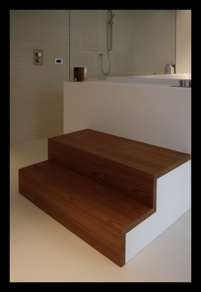 badkamer-bad-hi-macs-op-maat-gemaakt-vitrage-zitbad-ligbad-teakhout-opstapje-trapje
