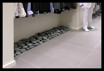 herenmode-kledingwinkel-belettering-ontwerp-inrichting-kiezels-tegels