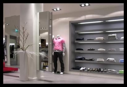 herenmode-kledingwinkel-belettering-ontwerp-inrichting-tegels-kleding-winkel-paspop-spiegel-kast
