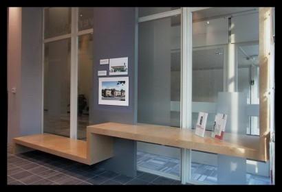 woonwinkel-woningaanbod-spreekkamers-klanten-makelaar-logo-letters-belettering-spreekkamers-spreektafels-klanten-balie-tafel