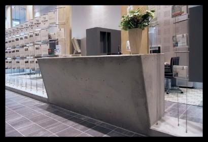 woonwinkel-woningaanbod-spreekkamers-klanten-makelaar-logo-letters-belettering-spreekkamers-spreektafels-klanten-overzicht-tegels