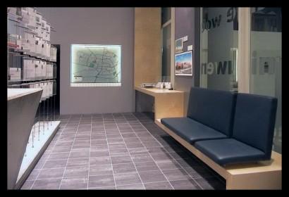 woonwinkel-woningaanbod-spreekkamers-klanten-makelaar-logo-letters-belettering-spreekkamers-spreektafels-klanten-overzicht-tegels-bank-wachtruimte