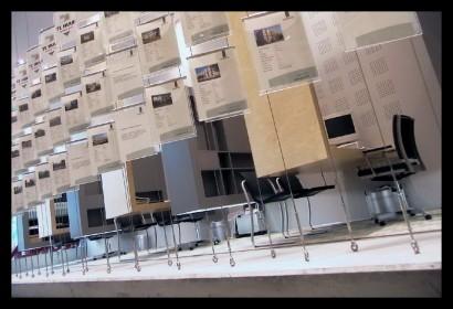 woonwinkel-woningaanbod-spreekkamers-klanten-makelaar-logo-letters-belettering-spreekkamers-spreektafels-klanten-overzicht-