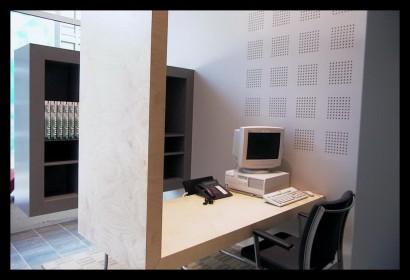 woonwinkel-woningaanbod-spreekkamers-klanten-makelaar-logo-letters-belettering-spreekkamers-spreektafels-klanten-overzicht-kastruimte-opbergruimte