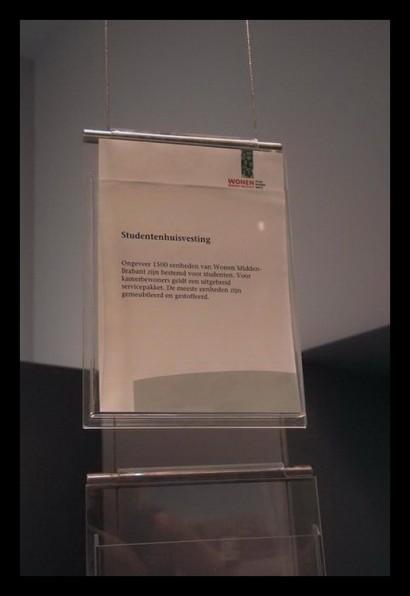 woonwinkel-woningaanbod-spreekkamers-klanten-makelaar-logo-letters-belettering-spreekkamers-spreektafels-klanten-overzicht-presentatie