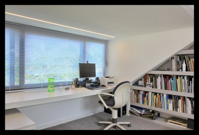 werkkamer-zolder-opbergruimte-boekenkast-slim-licht-bureau-werkplek