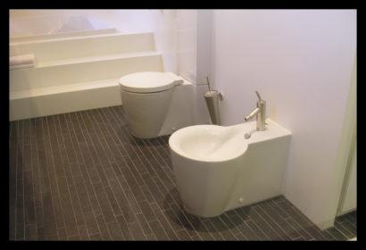 parkwoning-craeyenburch-nootdorp-buitenkant-exterieur-villapark-gemeenschappelijk-park-trap-bovenverdieping-doorgang-badkamer-op-maat-gemaakt-wasbak-spiegel-verlichting-tegels-toilet-bidet
