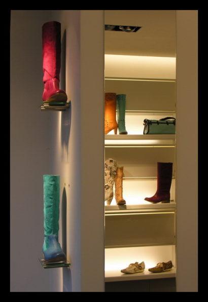damesschoenen-exclusief-schoenenwinkel-vitrines-presentaties-schoenen-damesschoenen-licht-planken