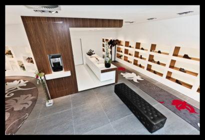 exclusief-schoenenwinkel-damesschoenen-herenschoenen-accesoires-tassen-vitrines-op-maat-gemaakt-leren-bankje