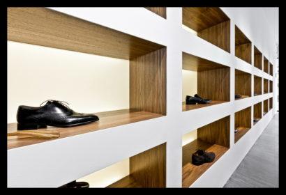exclusief-schoenenwinkel-damesschoenen-herenschoenen-accesoires-tassen-vitrines-op-maat-gemaakt-leren-bankje-tegels-vloerbedekking