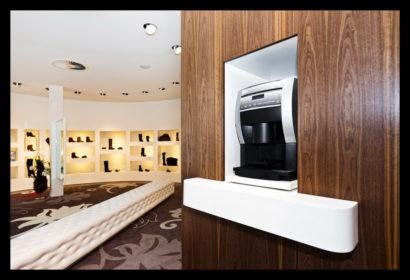 exclusief-schoenenwinkel-damesschoenen-herenschoenen-accesoires-tassen-vitrines-op-maat-gemaakt-leren-bankje-tegels-vloerbedekking-koffiemachine