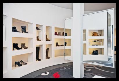 exclusief-schoenenwinkel-damesschoenen-herenschoenen-accesoires-tassen-vitrines-schoenen-spiegel