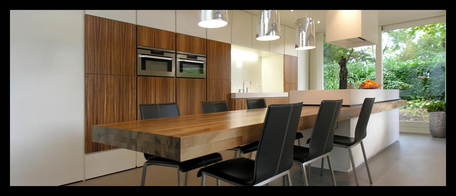 Interieurontwerp en realisatie van een bungalow in tilburg - Ingerichte keuken met geintegreerde tafel ...