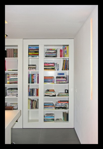 kantoor-ontwerpstudio-kantoor-aanbouw-interieur-werktafel-werkplek-boekenkast-draaideur-taatsdeur-doorgang-oplossing-ruimteverdeler