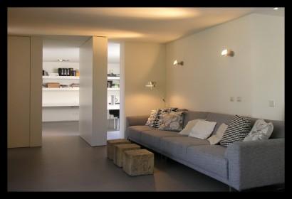 kantoor-ontwerpstudio-kantoor-aanbouw-interieur-werktafel-werkplek-boekenkast-draaideur-taatsdeur-doorgang-oplossing-ruimteverdeler-woonkamer