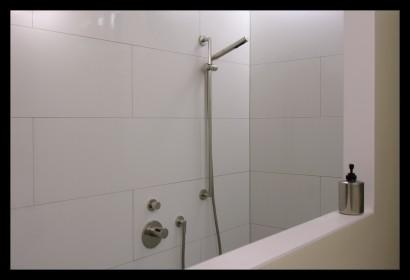 interieurarchitect-interieuradvies-binnenhuisarchitect-omgeving-Breda-eengezinswoning-badkamer-inloopdouche-douche-tegels-rvs-bovenverdieping-eengezinswoning-
