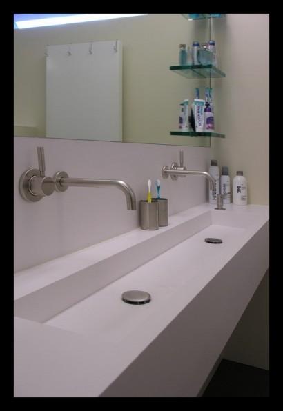interieurarchitect-interieuradvies-binnenhuisarchitect-omgeving-Breda-eengezinswoning-badkamer-spiegel-inloopdouche-douche-tegels-rvs-kranen-Corian-wasbak-op-maat-gemaakt-bovenverdieping-eengezinswoning-
