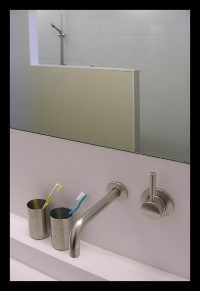 eengezinswoning-badkamer-inloopdouche-douche-tegels-rvs-kranen-Corian-wasbak-op-maat-gemaakt-bovenverdieping-eengezinswoning-afscheiding-muurtje