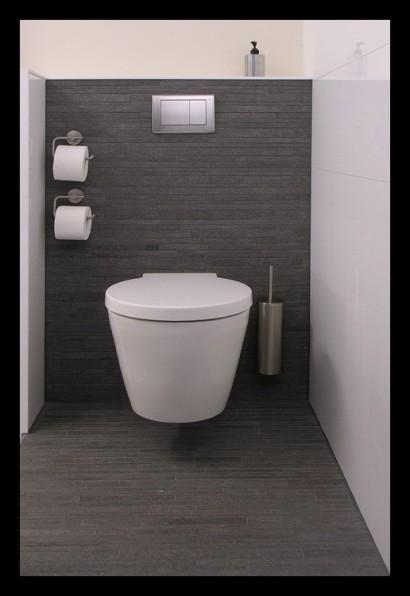 eengezinswoning-badkamer-inloopdouche-douche-tegels-toilet-toiletrolhouder-op-maat-gemaakt-bovenverdieping-eengezinswoning-afscheiding-muurtje-