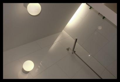 interieurarchitect-interieuradvies-binnenhuisarchitect-omgeving-Breda-eengezinswoning-badkamer-inloopdouche-douche-spiegel-tegels-op-maat-gemaakt-bovenverdieping-eengezinswoning-afscheiding-muurtje-