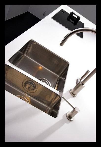 keuken-kookeiland--op-maat-gemaakt-wasbak-duo-wasbak-kraan-zeeppompje