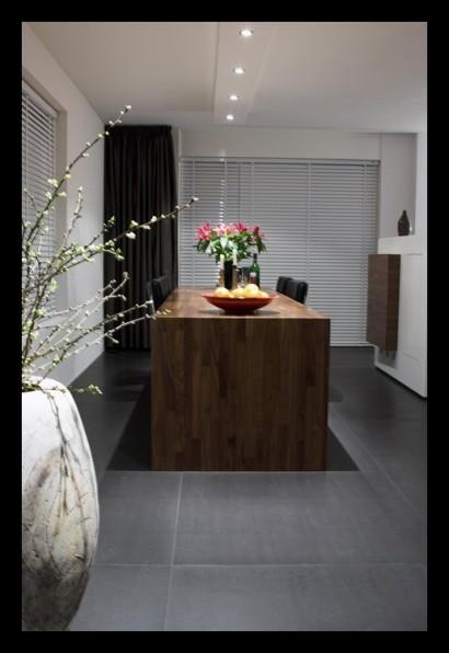 tegelvloer-vloerverwarming-notenhout-woonkamer-open-tegels-grijs-eettafel-op-maat-gemaakt-spots-inbouwverlichting