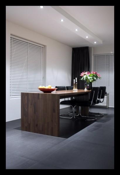 woonkamer-open-tegels-grijs-eettafel-notenhout-op-maat-gemaakt-spots-inbouwverlichting-tegelvloer-vloerverwarming