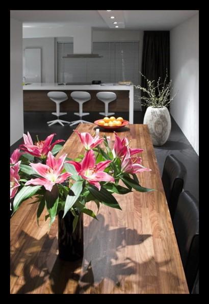 woonkamer-open-tegels-grijs-eettafel-op-maat-gemaakt-notenhout