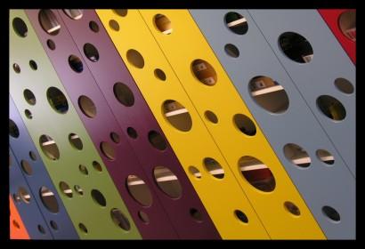 ontwerp-basisschool-ontdekruimte-multifunctioneel-bijzonder-gering-budget-kleur-concept-kast-kasten-opbergruimte-tafels-krukjes-multifunctioneel