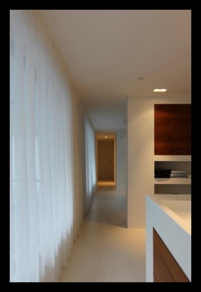 slaapkamer-inloopkast-verlichting-kastruimte-op-maat-gemaakt-gang-teakhout