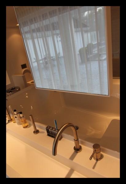 badkamer-bad-hi-macs-op-maat-gemaakt-vitrage-zitbad-ligbad-spiegels-wasbak-kranen-