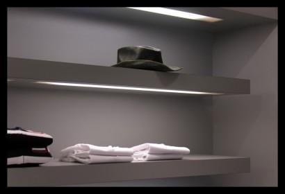 herenmode-kledingwinkel-belettering-ontwerp-inrichting-tegels-kleding-winkel-spiegel-kast-verlichting