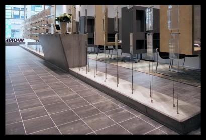 woonwinkel-woningaanbod-spreekkamers-klanten-makelaar-logo-letters-belettering-spreekkamers-spreektafels-klanten-overzicht-tegels-balie-afscheiding-scheiding